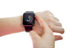 Κυρία που φορά ένα ρολόι της Apple με τη ματιά δραστηριότητας Στοκ εικόνα με δικαίωμα ελεύθερης χρήσης