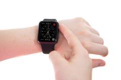 Κυρία που φορά ένα ρολόι της Apple με Chronograph το πρόσωπο Στοκ εικόνες με δικαίωμα ελεύθερης χρήσης