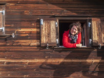 Κυρία που χαμογελά από το παράθυρο Στοκ εικόνα με δικαίωμα ελεύθερης χρήσης