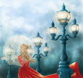 Κυρία σε κόκκινο και τρεις παλαιούς λαμπτήρες οδών - μπλε ambiance Απεικόνιση αποθεμάτων
