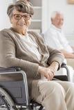 Κυρία στην αναπηρική καρέκλα στοκ εικόνες