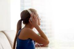 Κυρία στην κλασική μουσική ακούσματος ακουστικών στο σπίτι Στοκ Εικόνα