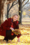 Κυρία στο κόκκινο παλτό Στοκ Εικόνες