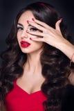 Κυρία στο κόκκινο Όμορφο πορτρέτο γυναικών στο κόκκινο φόρεμα, με τα κόκκινα χείλια και τα εξαρτήματα Στοκ Φωτογραφία