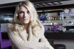 Κυρία στο μπεζ σακάκι μόδας μέσα στο φραγμό Resto Στοκ Φωτογραφίες