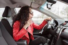Κυρία στο σακάκι δέρματος και γυαλιά ηλίου στο αυτοκίνητο στοκ εικόνα