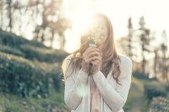 Κυρία στο φως του ήλιου με μια ανθοδέσμη στοκ φωτογραφίες