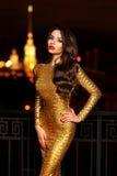 Κυρία στο χρυσό λάμποντας φόρεμα στοκ εικόνες