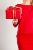Κυρία σωμάτων μερών με το κόκκινο δώρο Στοκ Εικόνες