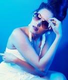 Κυρία brunette μόδας με τα γυαλιά ηλίου Στοκ εικόνες με δικαίωμα ελεύθερης χρήσης