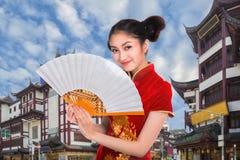 Κυρία Chiness στο φόρεμα cheongsam με τον τρύγο της Σαγκάη που χτίζει το α Στοκ φωτογραφία με δικαίωμα ελεύθερης χρήσης