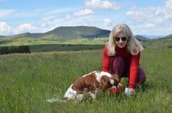 Κυρία Helping Dog για να πιει το νερό Στοκ φωτογραφίες με δικαίωμα ελεύθερης χρήσης