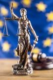 Κυρία Justice και σημαία της Ευρωπαϊκής Ένωσης απομονωμένο λευκό συμβόλων κλίμακας νόμου δικαιοσύνης ανασκόπησης έννοια Στοκ εικόνες με δικαίωμα ελεύθερης χρήσης
