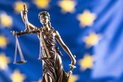 Κυρία Justice και σημαία της Ευρωπαϊκής Ένωσης απομονωμένο λευκό συμβόλων κλίμακας νόμου δικαιοσύνης ανασκόπησης έννοια Στοκ φωτογραφίες με δικαίωμα ελεύθερης χρήσης