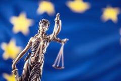 Κυρία Justice και σημαία της Ευρωπαϊκής Ένωσης απομονωμένο λευκό συμβόλων κλίμακας νόμου δικαιοσύνης ανασκόπησης έννοια Στοκ Φωτογραφία