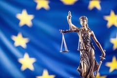 Κυρία Justice και σημαία της Ευρωπαϊκής Ένωσης απομονωμένο λευκό συμβόλων κλίμακας νόμου δικαιοσύνης ανασκόπησης έννοια Στοκ φωτογραφία με δικαίωμα ελεύθερης χρήσης