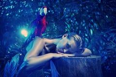 Κυρία Senual με έναν ζωηρόχρωμο παπαγάλο ara Στοκ Φωτογραφία