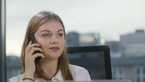 Κυρία Starting Conversation στο τηλέφωνο στο εσωτερικό απόθεμα βίντεο
