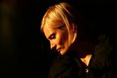 Κυρία Thinking στο σκοτάδι Στοκ Εικόνα
