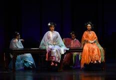 Κυρίες γιορτή-πίσω στις παλάτι-σύγχρονες αυτοκράτειρες δράματος στο παλάτι Στοκ εικόνα με δικαίωμα ελεύθερης χρήσης