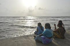 Κυρίες και η θάλασσα στοκ φωτογραφίες με δικαίωμα ελεύθερης χρήσης