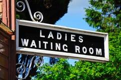 Κυρίες και σημάδι αίθουσας αναμονής, Hampton Loade Στοκ Εικόνες