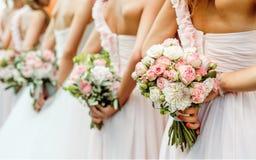 Κυρίες που κρύβουν τη δέσμη των λουλουδιών Στοκ Εικόνες