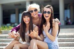 κυρίες που φορούν τα γυαλιά ηλίου Στοκ εικόνα με δικαίωμα ελεύθερης χρήσης