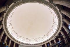 Κυρτή στέγη γυαλιού φεγγιτών ή οροφή του θόλου με το γεωμετρικό χάλυβα δομών στο σύγχρονο σύγχρονο ύφος αρχιτεκτονικής Στοκ Εικόνα