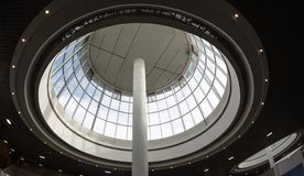 Κυρτή στέγη γυαλιού φεγγιτών ή οροφή του θόλου με το γεωμετρικό χάλυβα δομών στο σύγχρονο σύγχρονο ύφος αρχιτεκτονικής Στοκ φωτογραφία με δικαίωμα ελεύθερης χρήσης