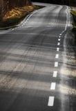 Κυρτός αγροτικός δρόμος ασφάλτου στοκ φωτογραφία