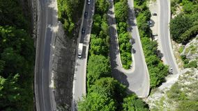 Κυρτός δρόμος με τα αυτοκίνητα και το όμορφο δασικό τοπίο Φαράγγια Bicaz, Ρουμανία απόθεμα βίντεο
