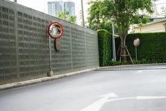 Κυρτός καθρέφτης ή καθρέφτης ασφάλειας στον τοίχο τσιμέντου Στοκ φωτογραφία με δικαίωμα ελεύθερης χρήσης