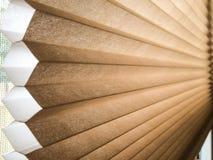 Κυψελοειδής επεξεργασία παραθύρων τυφλών κυψελωτής σκιάς που καλύπτει αμμώδη καφετή Στοκ φωτογραφία με δικαίωμα ελεύθερης χρήσης