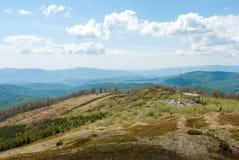Κυψελοειδής πύργος στα βουνά βουνό τοπίων ημέρας ηλιόλο& Κτήριο στα βουνά Στοκ Εικόνες