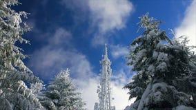 Κυψελοειδής πύργος στο χιόνι σε ένα υπόβαθρο μπλε ουρανού με τα σύννεφα που περνούν από απόθεμα βίντεο
