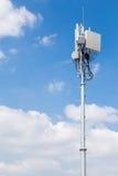 Κυψελοειδής συσκευή αποστολής σημάτων με το μπλε ουρανό στοκ εικόνες