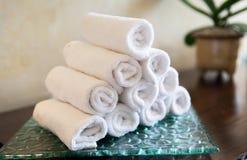 Κυλημένες πετσέτες λουτρών hotel spa Στοκ Εικόνες
