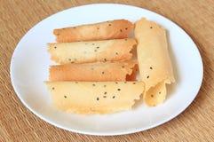 Κυλημένη γκοφρέτα (λουρί maun) στο άσπρο πιάτο στοκ φωτογραφίες