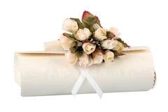 Κυλημένη περγαμηνή με τη δέσμη των πλαστών τριαντάφυλλων Στοκ Εικόνα