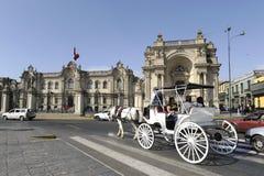Κυλημένοι μεταφορά τουρίστες από το προεδρικό παλάτι Στοκ Εικόνες