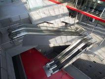Κυλιόμενες σκάλες στο σύγχρονο σταθμό τρένου Στοκ εικόνες με δικαίωμα ελεύθερης χρήσης
