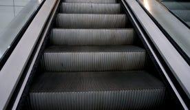 Κυλιόμενη σκάλα στη λεωφόρο αγορών στοκ εικόνα με δικαίωμα ελεύθερης χρήσης