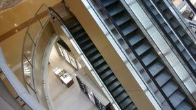 Κυλιόμενη σκάλα στη λεωφόρο αγορών φιλμ μικρού μήκους