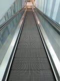 Κυλιόμενη σκάλα στη λεωφόρο για τους ανθρώπους με τα κάρρα υπεραγορών και τα με ειδικές ανάγκες άτομα Στοκ Φωτογραφίες
