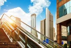 Κυλιόμενη σκάλα των οδών της Σαγγάης, κτήρια ουρανοξυστών Στοκ φωτογραφία με δικαίωμα ελεύθερης χρήσης