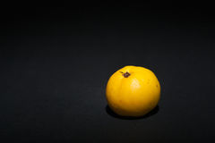 Κυδώνι σε ένα μαύρο υπόβαθρο Στοκ φωτογραφία με δικαίωμα ελεύθερης χρήσης