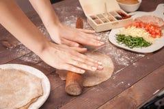 Κυλώντας ζύμη αρχιμαγείρων χεριών για τα tacos Στοκ φωτογραφία με δικαίωμα ελεύθερης χρήσης