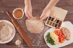 Κυλώντας ζύμη αρχιμαγείρων χεριών για τα tacos Στοκ φωτογραφίες με δικαίωμα ελεύθερης χρήσης
