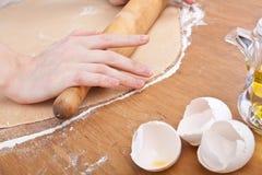 Κυλώντας ζύμη για τα σπιτικά ζυμαρικά Στοκ Εικόνες